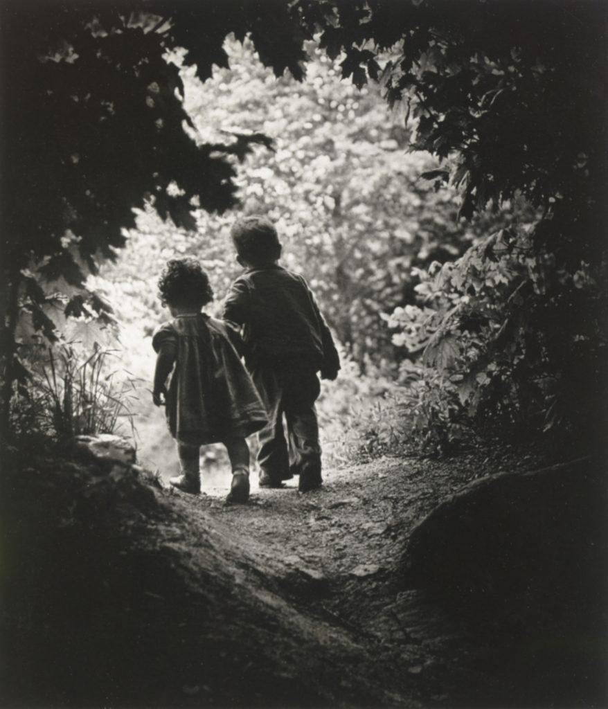 The Walk to Paradise Garden di William Eugene Smith, 1946 پیاده به سوی باغ ملکوت دبیلیو. یوجین اسمیت